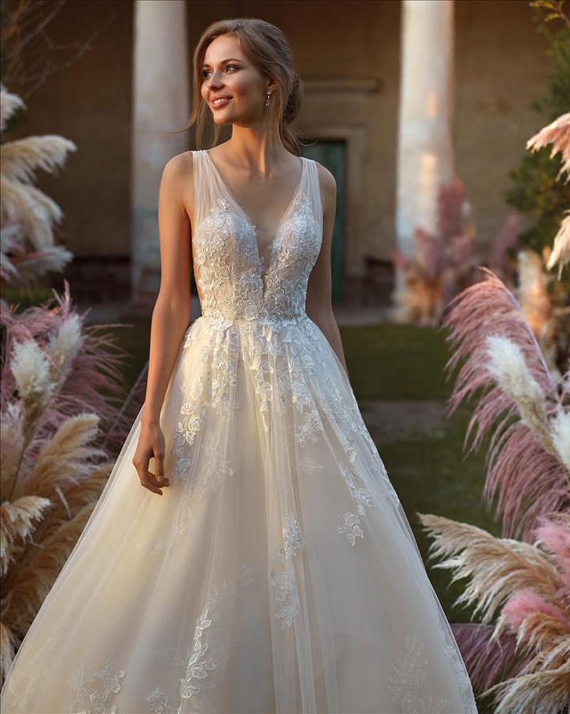Ausgestellte A-Linie, elegantes Brautkleid mit floraler Spitze, champagnerfarbenem Tüll und tiefer V Ausschnitt - Feelings Braut & Festmoden