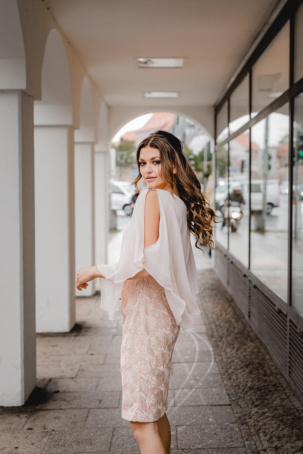 Weißes luftiges Oberteil und knielanger Rock in blass rosa Ton und Blumenmuster - Feelings Braut & Festmoden