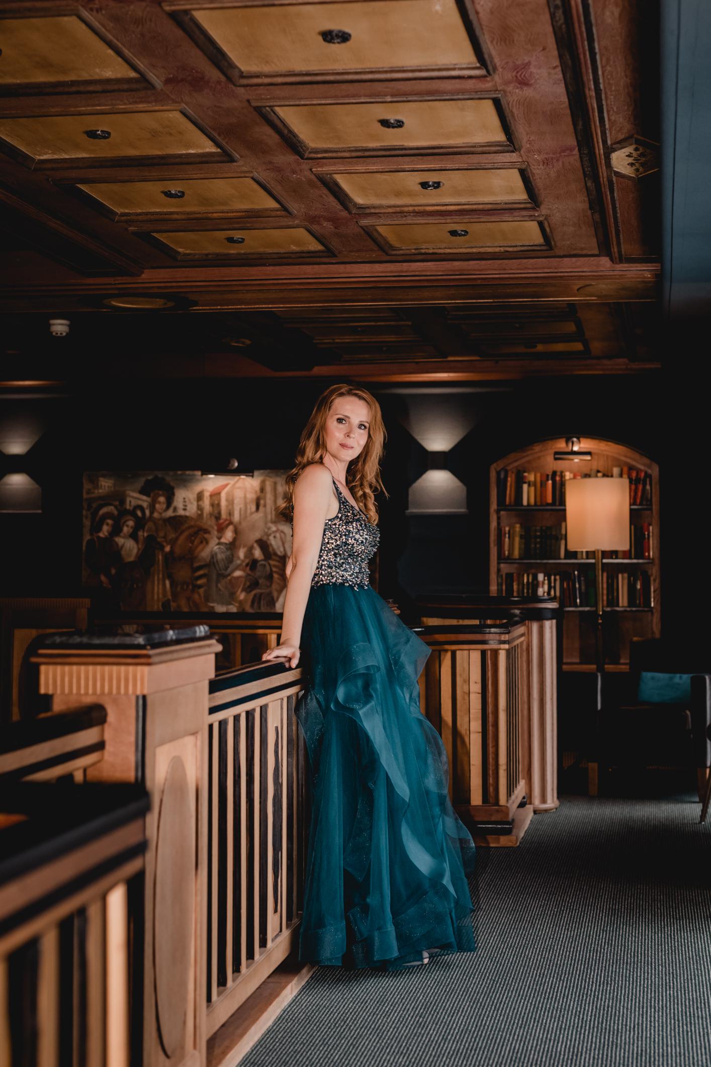 Dunkelblaues Festmoden Kleid mit Glitzertop und pompösen Rock- Feelings Braut & Festmode