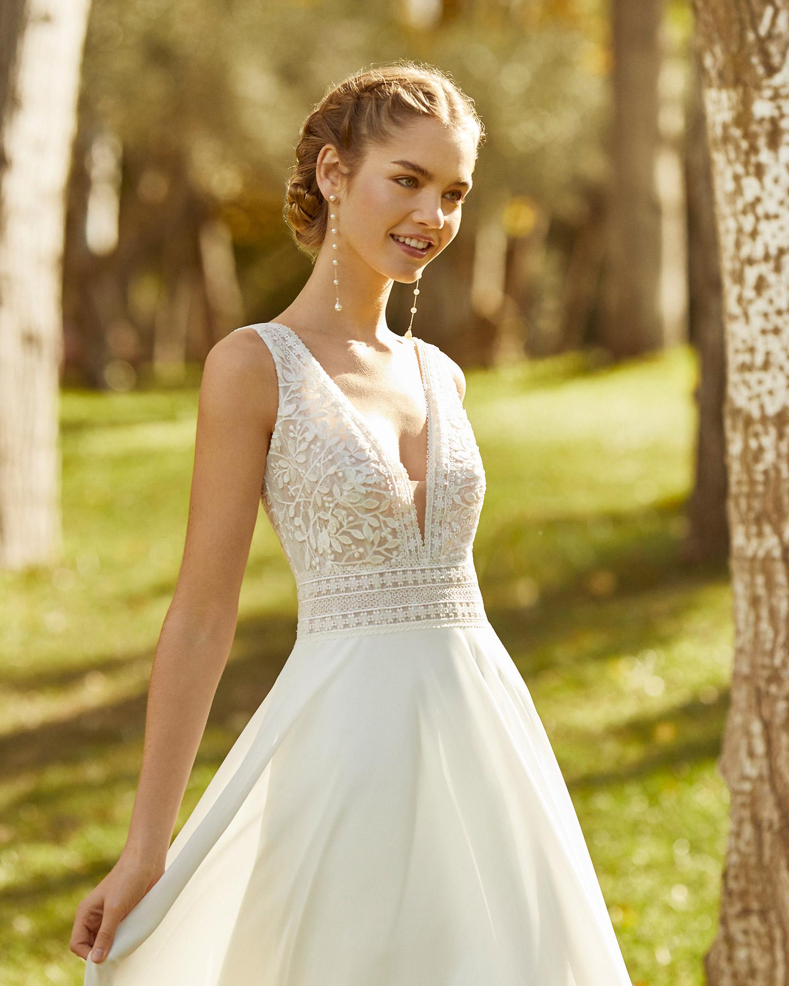 Boho-Chic - gerade geschnittenes Hochzeitskleid, die Träger die den V Ausschnitt formen sind mit feiner blättriger Spitze besetzt - Feelings Braut & Festmoden