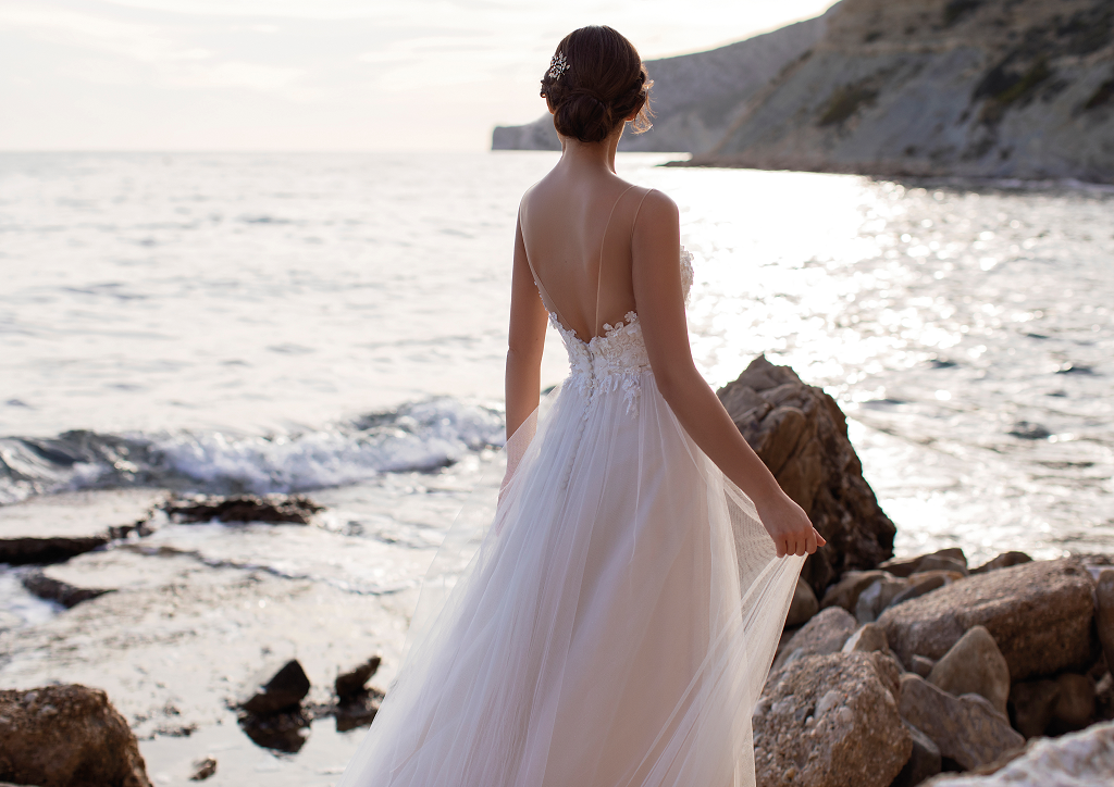 A-Linie in Soft-Tüll - Body mit feinen Applikationen in Kombination mit einem soften Tüll Rock - Feelings Braut & Festmoden