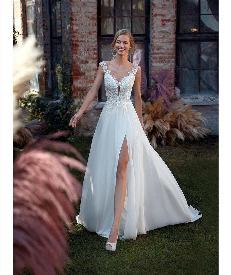 Fließende A-Linie - Elegantes Brautkleid mit Schlitz im Chiffon Rock, der Body im Tattoo – Spitzen Effekt ist mit feiner Chantilly - Feelings Braut & Festmoden